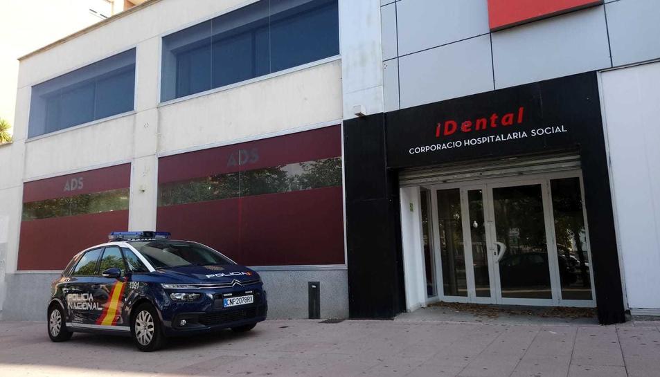 Una patrulla de la Policia Nacional davant de iDental Tarragona en els registres duts a terme aquest dijous.
