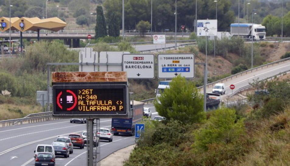Pla obert d'un rètol lluminós que informa de la restricció de pas de camions per l'N-340, fins a Vilafranca Sud, a l'alçada de l'accés del peatge d'Altafulla-Torredembarra.