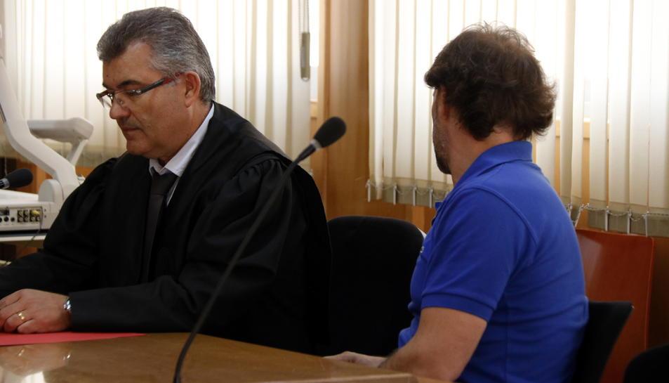 L'home jutjat per una violació ocorreguda el 2003 a Tarragona, d'esquenes a l'Audiència, al costat del seu advocat.