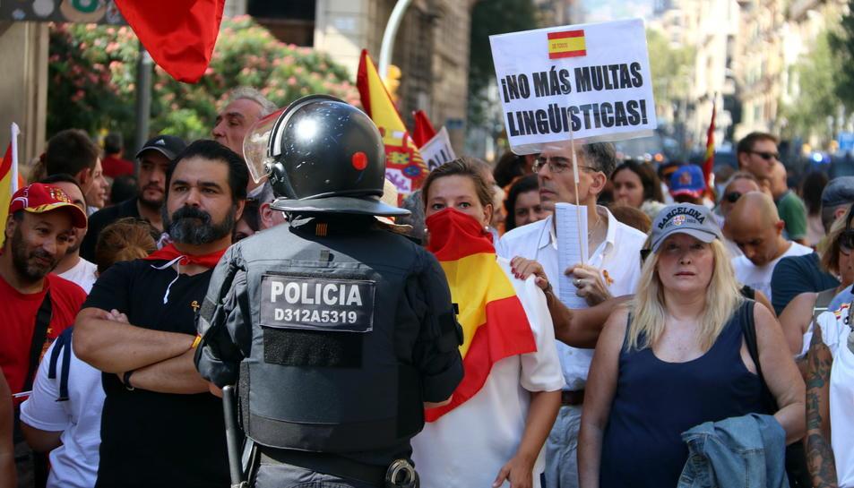 Manifestants de la marxa convocada per 'Hablamos Español', amb el pas barrat per la policia a la Via Laietana.