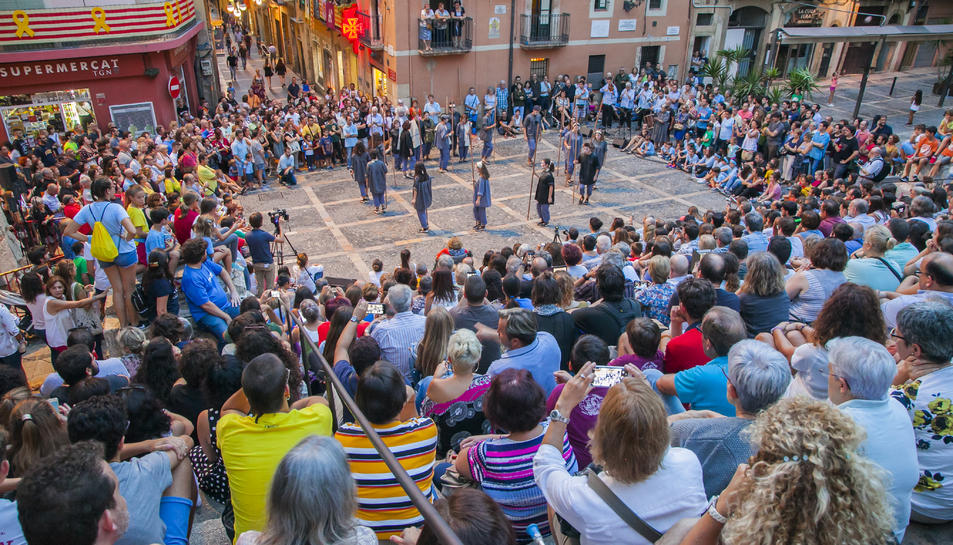 La plaça de les Cols es va omplir per viure en directe la primera representació del ball de Sebastiana del Castillo del segle XXI.