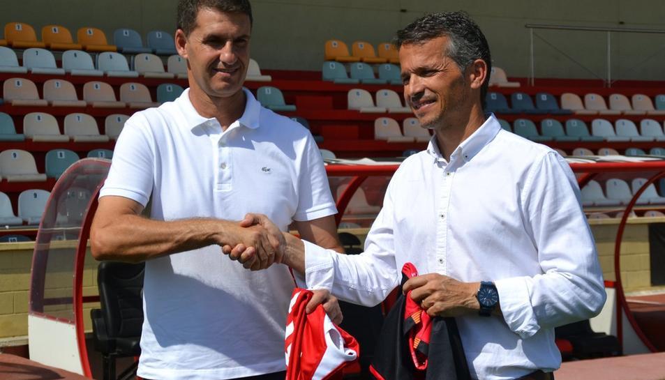 Xavi Bartolo i José Antonio Gordillo a la gespa de l'Estadi Municipal.
