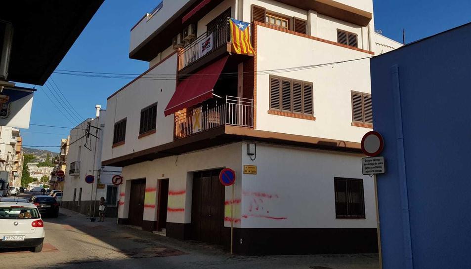 Imatge de la façana amb quatre banderes espanyoles pintades.