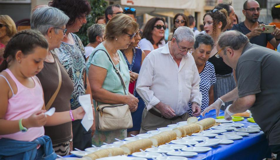 El tradicional pastís que es va repartir a la plaça de la Font.