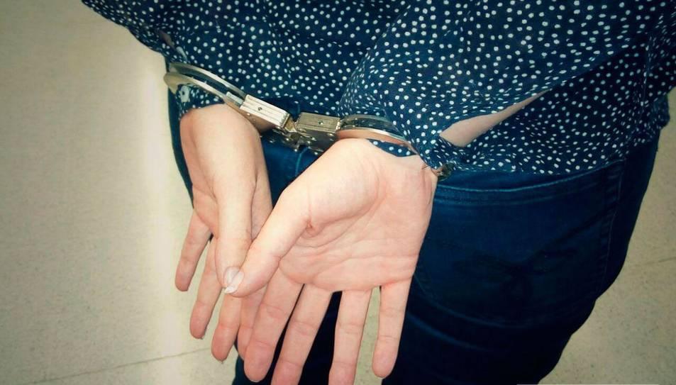 Una patrulla de la Policia Local va observar a una noia molt alterada.