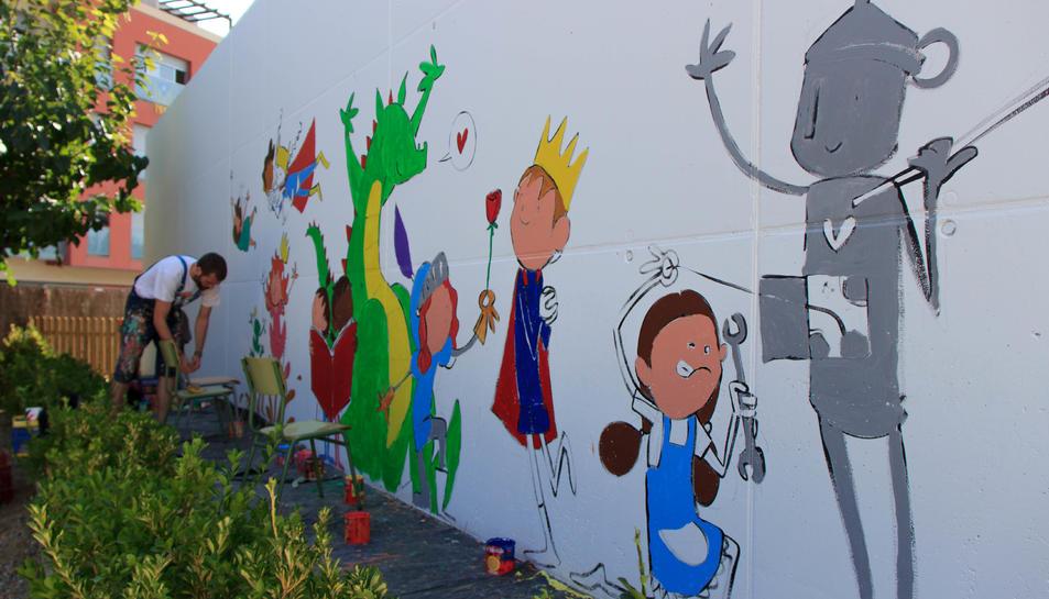 Els alumnes de l'escola van col·laborar pintant una part del mural.