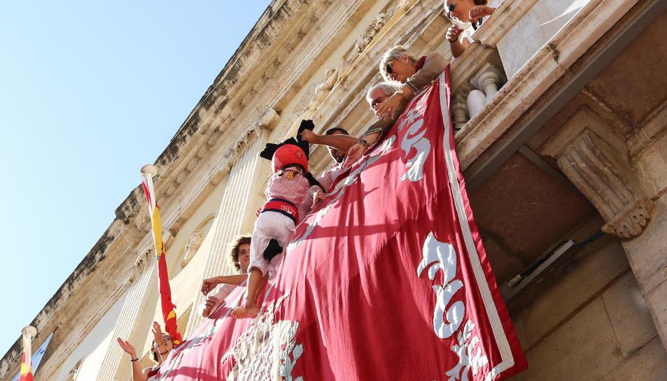Pujada de l'enxaneta del pilar caminant dels Xiquets de Tarragona al balcó de l'ajuntament