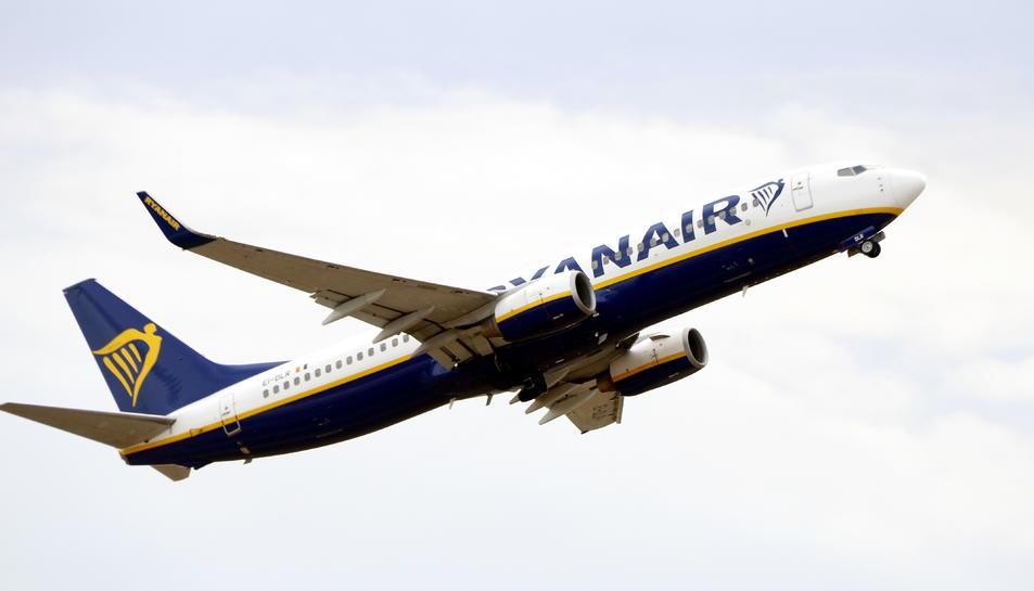 Pla sencer d'un avió de Ryanair enlairant-se a l'Aeroport de Reus.