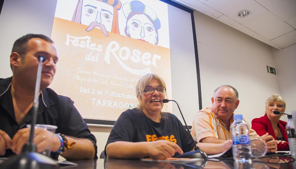 Garcia, segona per l'esquerra, ahir durant la celebració del pregó de les Festes del Roser.
