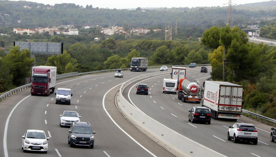 Pla general de camions i turismes circulant per l'AP-7 al Tarragonès.