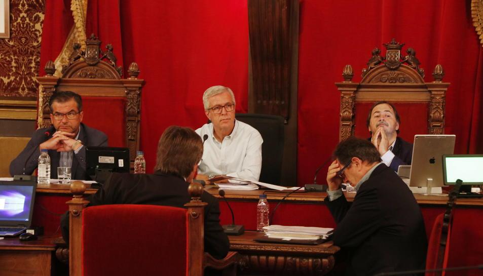 L'alcalde de Tarragona, Josep Fèlix Ballesteros, assegut entre els tinents d'alcalde José Luis Martín i Pau Pérez, en el ple extraordinari.