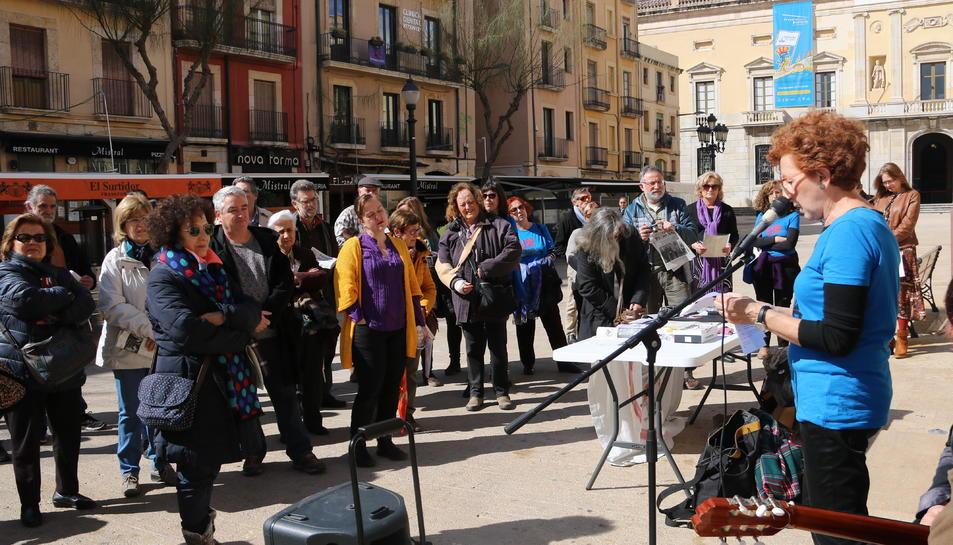 Una representant d'Stop Mare Mortum presenta l'acte 'Paraules per la Pau' de Tarragona per les refugiades, el passat 4 de març de 2018.