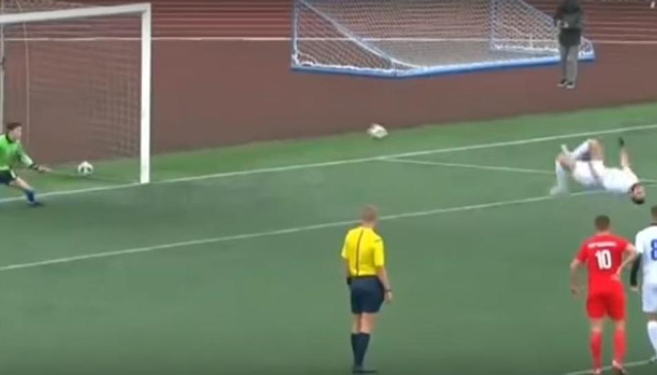 Norik Avdalyan, jugador del filial del Rubin Kazan, marca un penalti i acaba l'acció amb una voltereta.