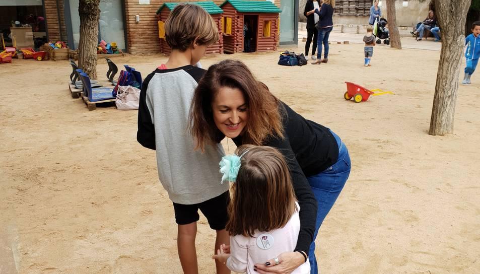 Luisa Suárez, amb els seus dos fills a un parc infantil d'Esplugues de Llobregat.