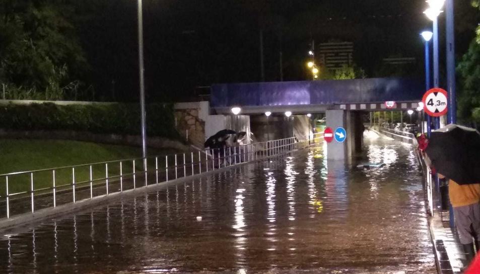 El pont del passeig de la Independència, completament inundat.
