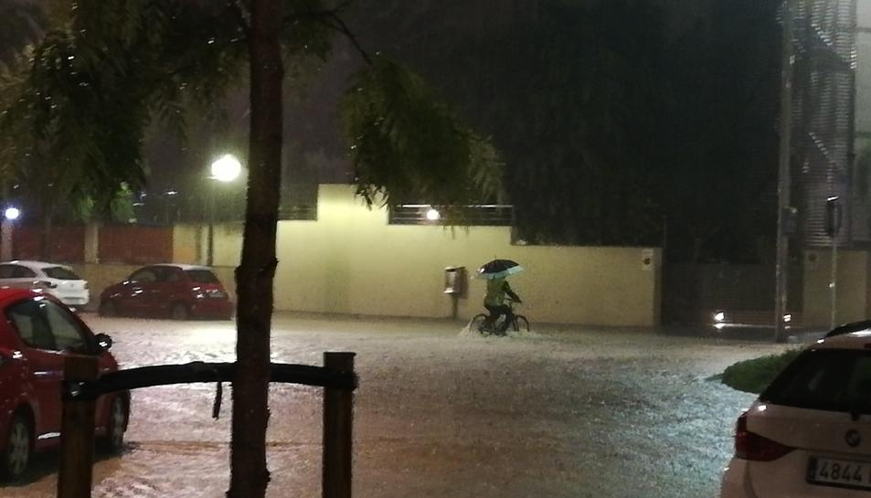 Molts carrers de Tarragona han quedat inundats per les fortes pluges en pocs minuts.