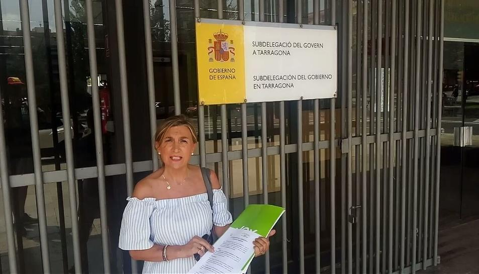 La presidenta de Vox Tarragona, Isabel Lázaro, davant la subdelegació del Govern a Tarragona el 9 d'agost, quan el partit va presentar la denúncia.