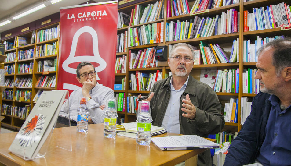 Juan Cal, flanquejat per Ricard Espinosa i Xavier Abelló, en la presentació del llibre a La Capona.