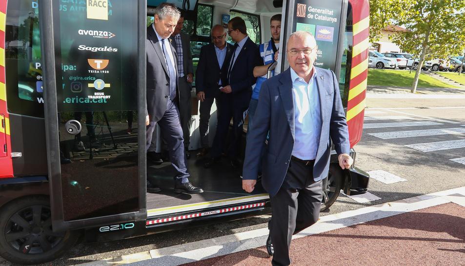 L'alcalde de Reus, Carles Pellicer, baixant de l'autobús després del primer trajecte per la zona del Tecno Park.