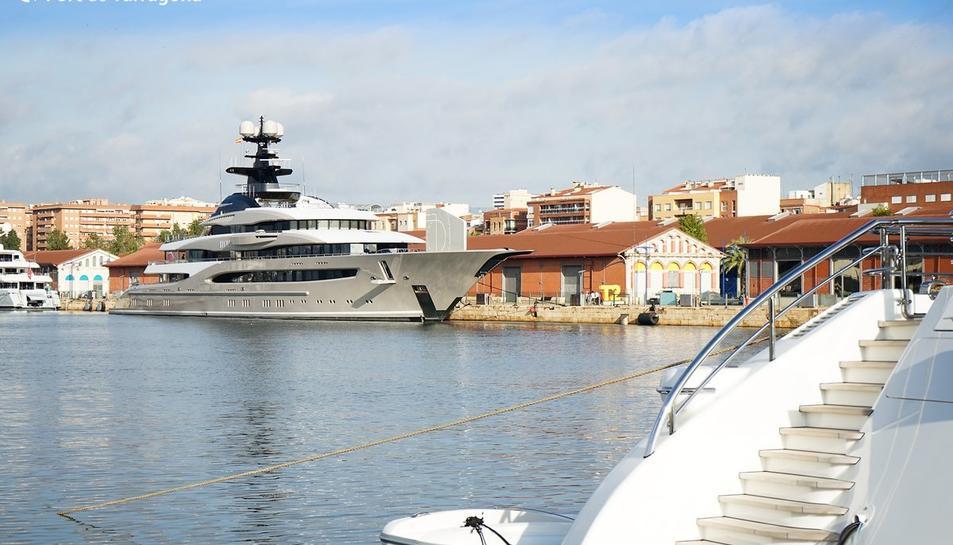 El iot 'Kismet' atracat al Moll de Costa del Port de Tarragona.