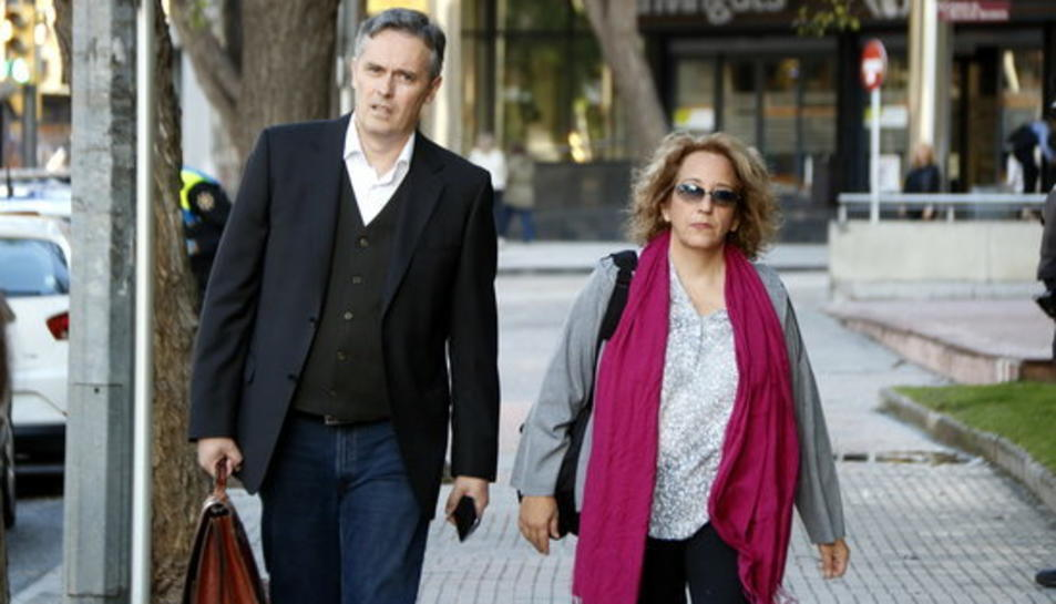 Cori Sauné, la tuitaire reusenca jutjada per insultar i amenaçar el jutge Llarena, arribant als jutjats de Reus amb el seu advocat, Lluís Gibert.
