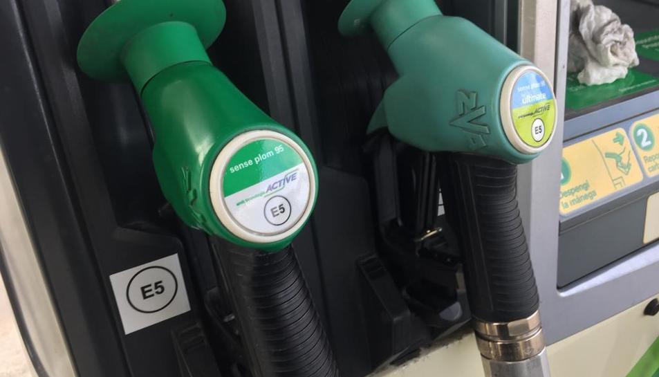 Algunes gasolineres ja llueixen les noves etiquetes.