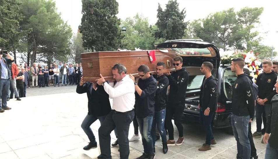 Els jugadors de la plantilla grana i gent del cos tècnic han conduït el fèretre fins al centre del Santuari.