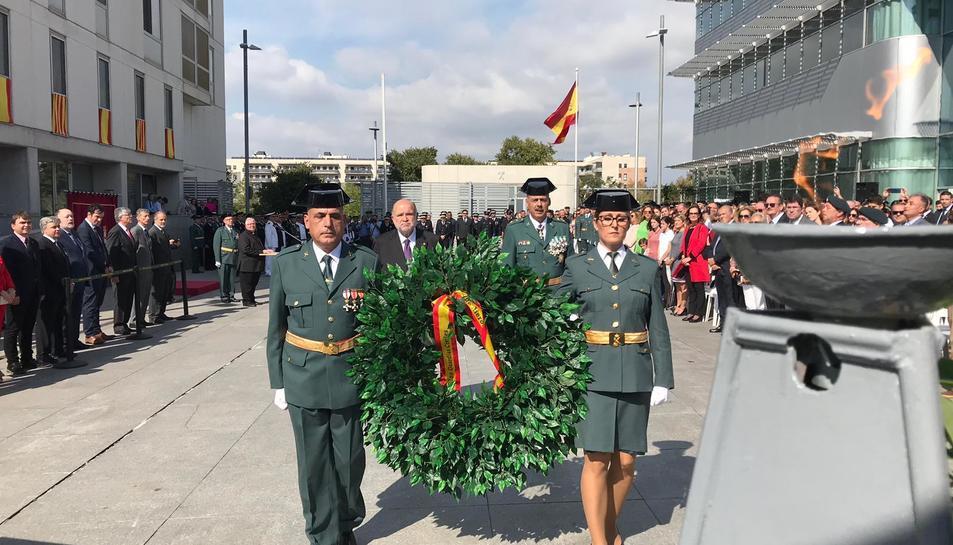 Imatge de la ofrena floral en homenatge als que han donat la vida per Espanya.