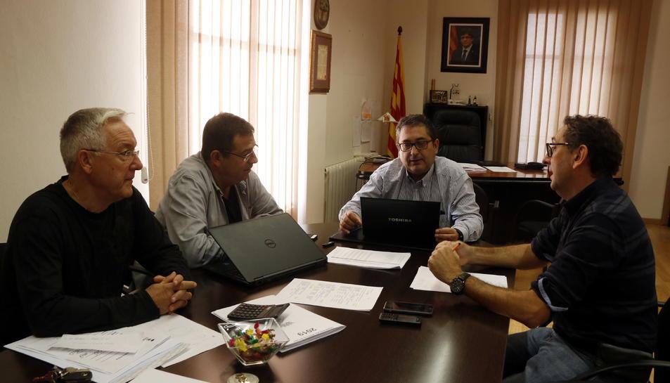 L'alcalde de Móra d'Ebre, Joan Piñol, reunit amb regidors del govern al seu despatx de l'Ajuntament.
