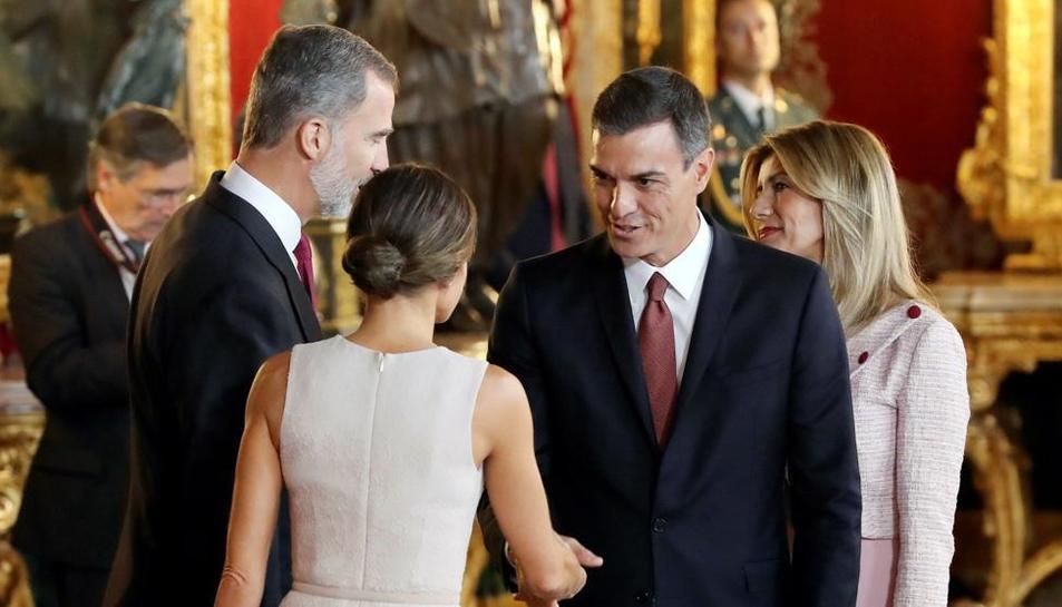 El president espanyol saludant la reina d'Espanya, poc abans de cometre l'errada protocol·lària.