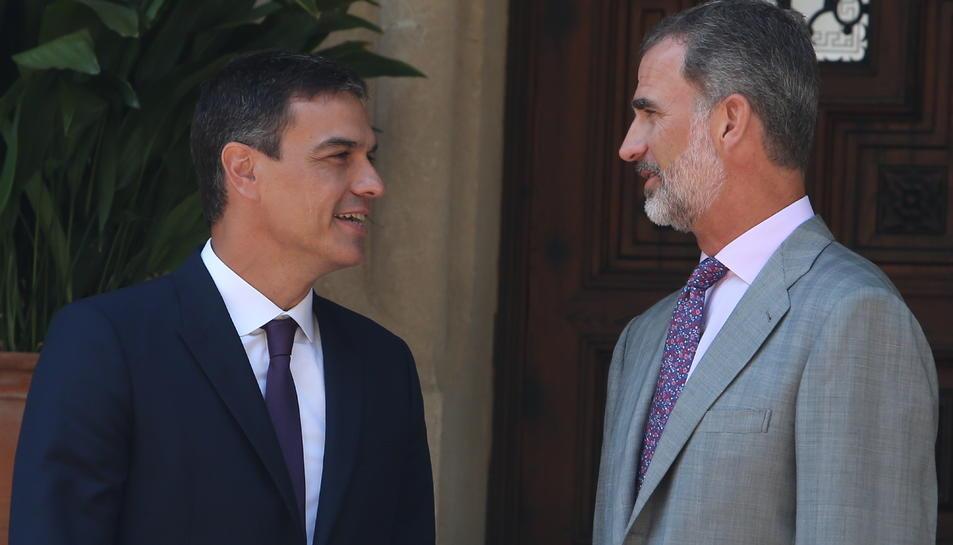 El president del govern espanyol, Pedro Sánchez, amb el rei Felip VI, al Palau de Marivent, a Palma, el passat agost