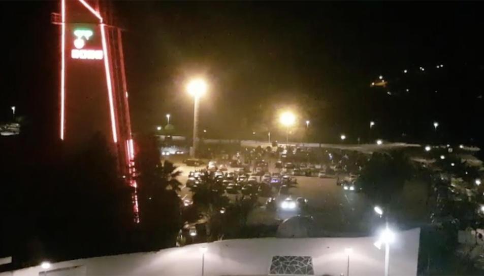 Imatge del pàrquing poc abans de les 7 del matí, amb la festa encara en marxa.