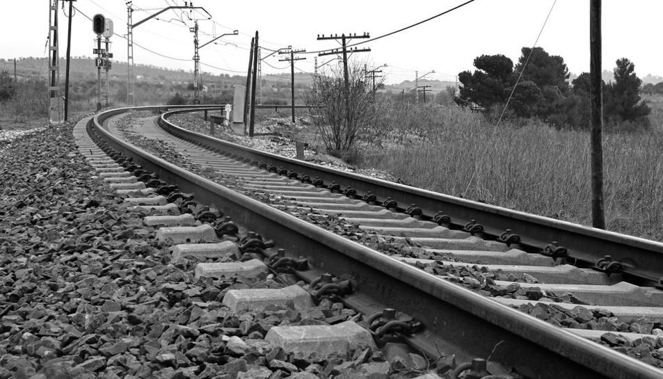 El jove va perdre l'equilibri quan era sobre el sostre del tren.
