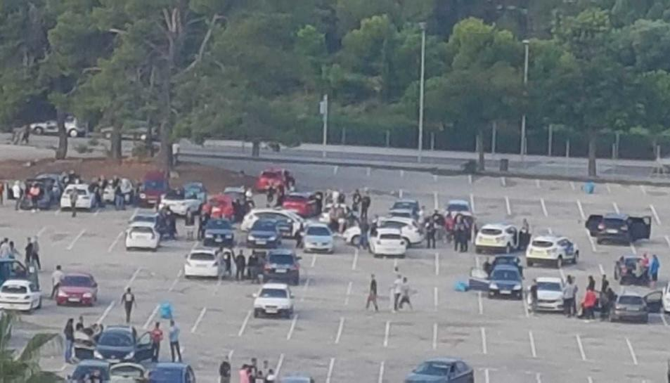 A les 10 del matí encara hi havia una trentena de cotxes a la festa.