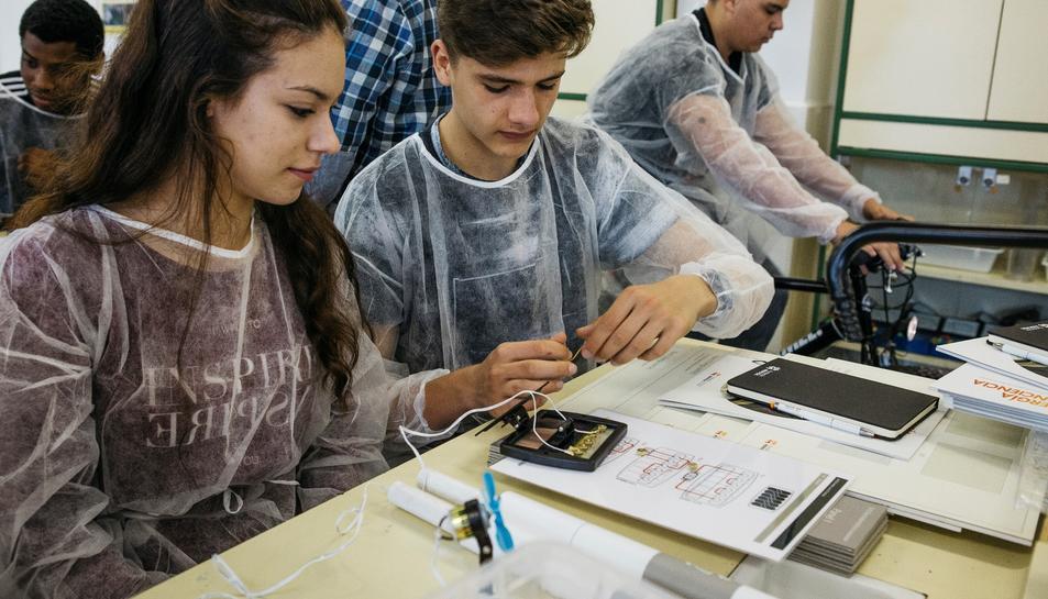 Alumnes de secundària treballant en el projecte