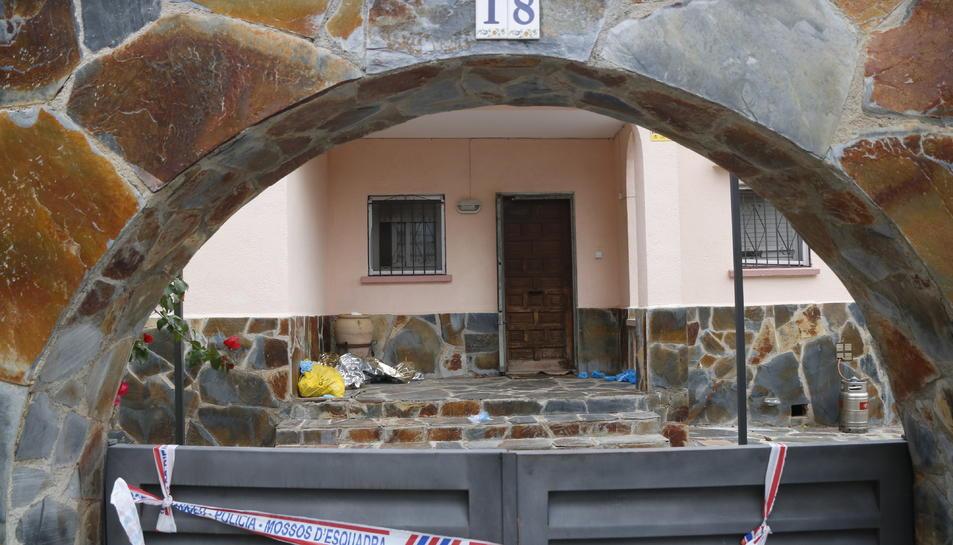 La porta i la part interior de la casa del Vendrell on s'ha produït un homicidi.