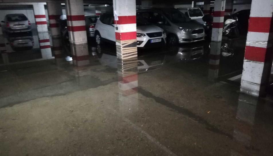 Imatge d'un pàrquing inundat al carrer Smith.