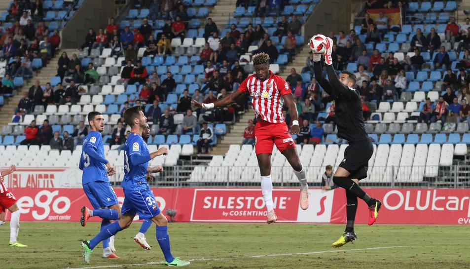 Pol Freixanet atrapa una pelota ante la oposición del delantero local Sekou. El meta fue uno de los mejores de los de la capital del Baix Camp.