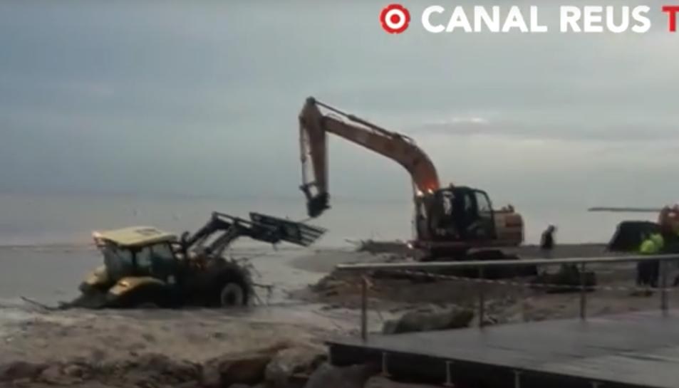 Imagen del tractor atascado en la riera de Barenys de Salou.
