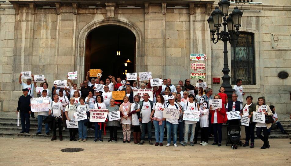 Els manifestants que s'han concentrat a les portes de l'Ajuntament de Tarragona per denunciar l'estafa d'iDental.