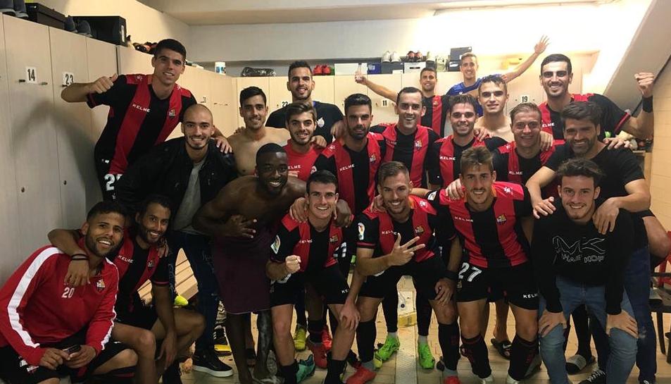 Imatge de l'equip roig-i-negre durant la celebració de la victòria de diumenge al vestuari.