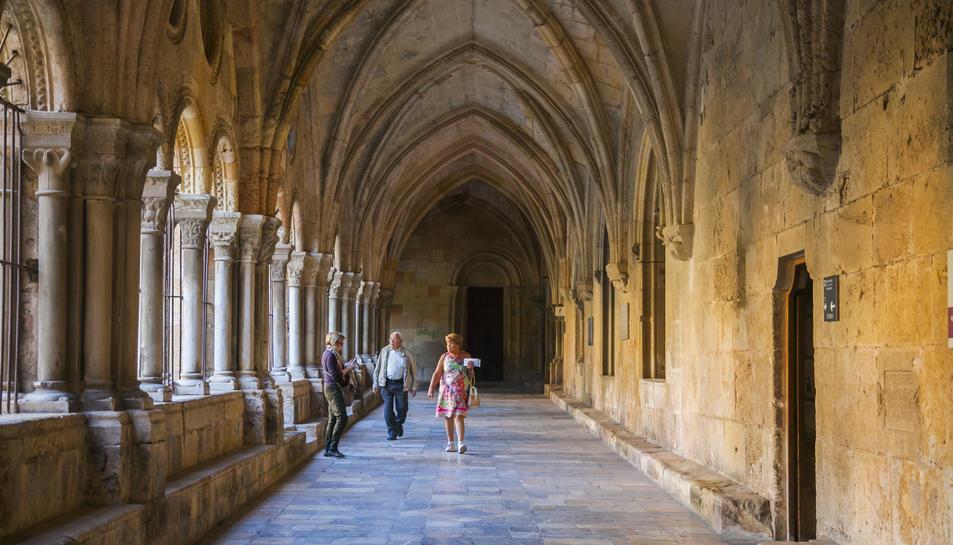 El claustre de la Catedral és un dels millors exemples del gòtic català, tot i que la seva construcció va començar al segle XII.