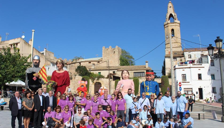 Fotografia de família dels participants en l'acte d'estrena dels nous gegantons de Creixell.