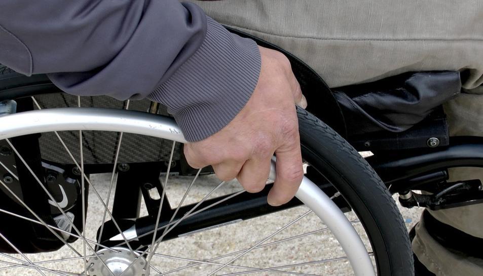 Una família reusenca ha demanat ajuda per aconseguir una cadira de rodes.