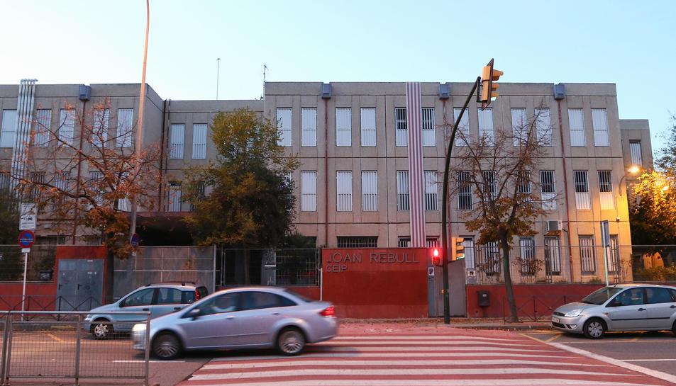 L'accés principal a l'Escola Joan Rebull, ubicada a l'avinguda Onze de Setembre.