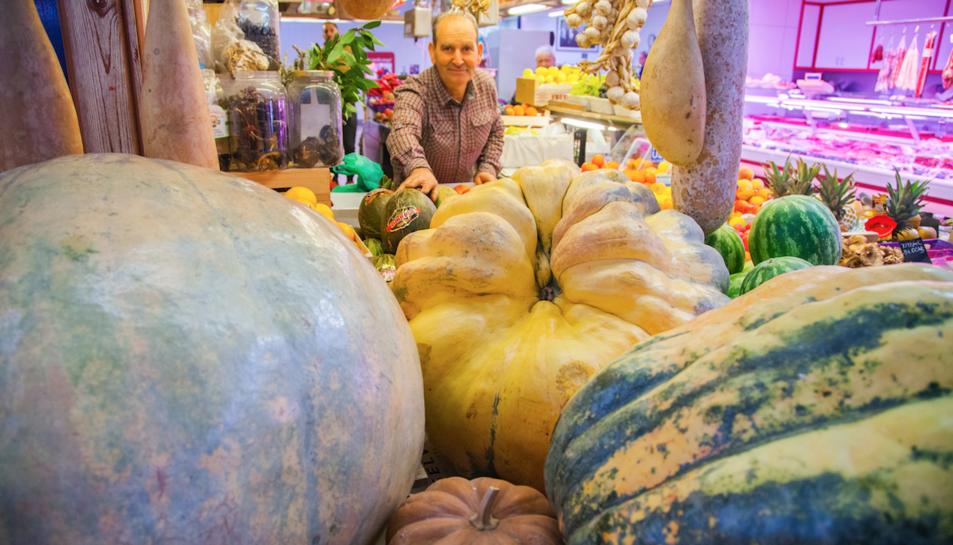 El Pere amb les carabasses de la parada, la més gran de les quals pesa prop de 600 quilos.