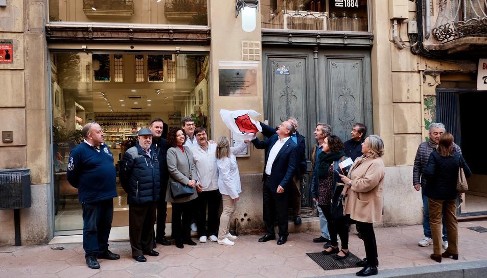 Imatge del moment en què s'ha descobert la placa en honor a l'escultor Joan Roig i Solé.