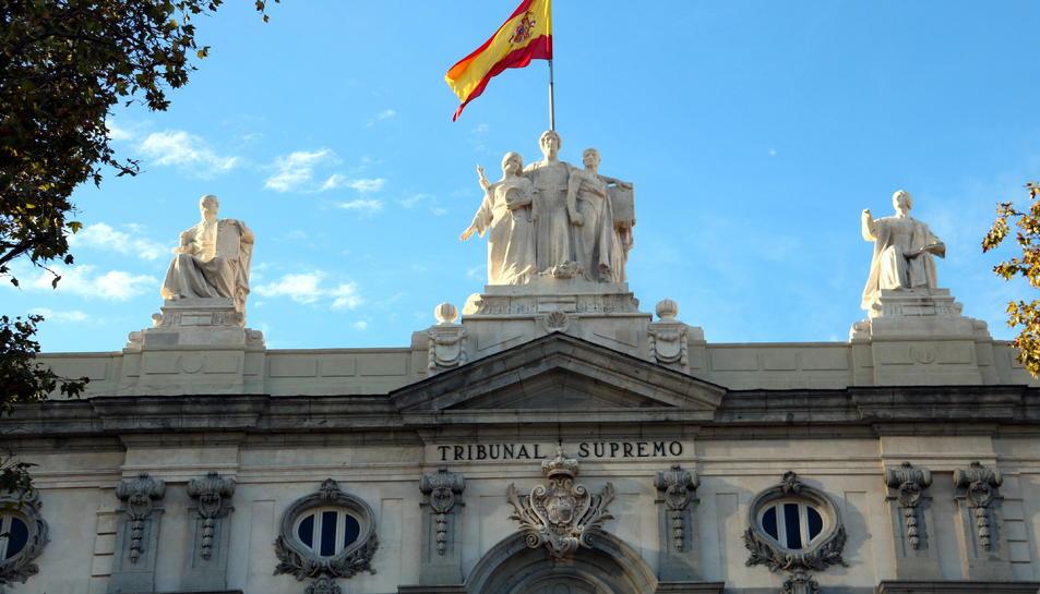 Part superior de la façana del Tribunal Suprem.