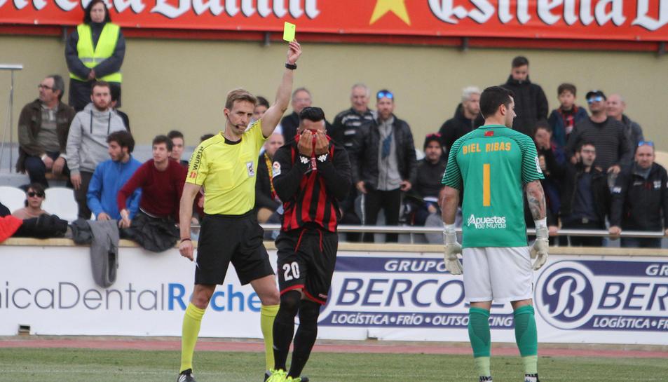 Imatge de Valentín Pizarro Gómez en un partit de la temporada passada a l'Estadi Municipal.