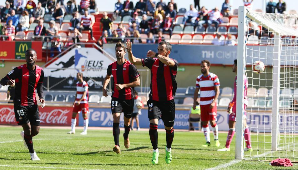Imatge de Miguel Linares i alguns companys celebrant un gol en el partit contra el Granada a l'Estadi Municipal.